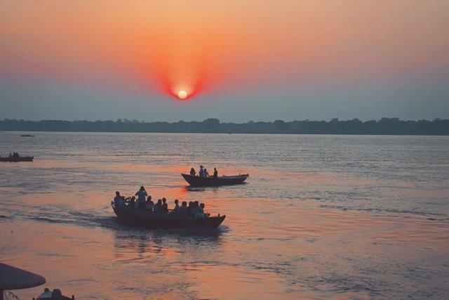 日の出のガンジス河