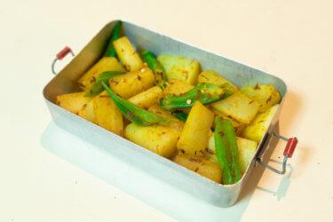 スパイスたっぷりインドの家庭料理《オクラと大根のサブジ》の作り方