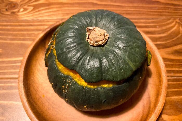 蓋をしたかぼちゃ丸ごとスパイスカレー