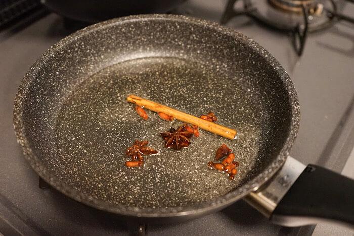 鍋にサラダ油とスパイスを入れて温めます