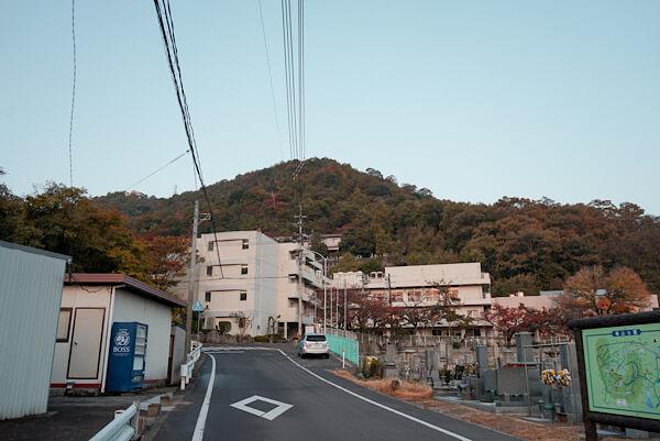 石清尾八幡宮から石清尾山への坂道