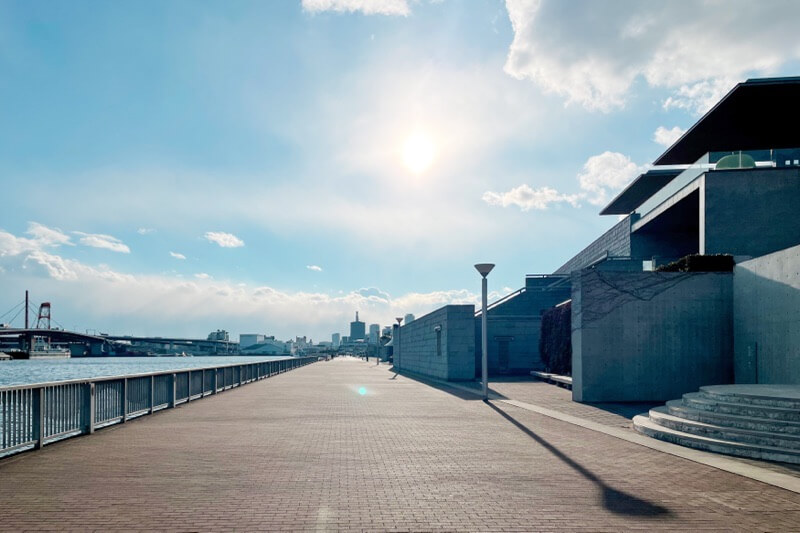 兵庫県立美術館前