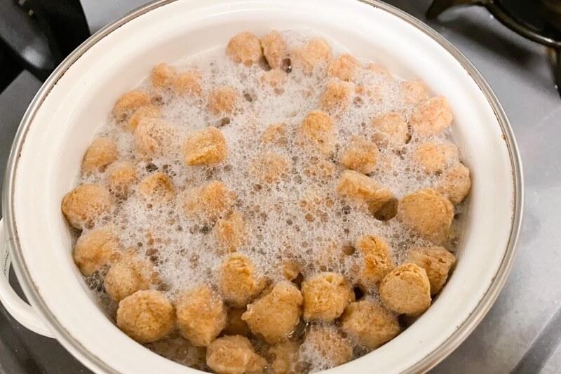 LANKA SOYを沸騰したお湯で茹でる